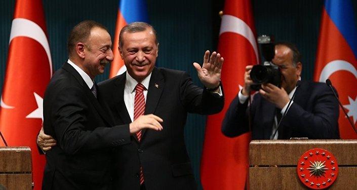 Cumhurbaşkanı Recep Tayyip Erdoğan (sağda) ile Azerbaycan Cumhurbaşkanı İlham Aliyev (solda), görüşmelerinin ardından Cumhurbaşkanlığı Külliyesi'nde ortak basın toplantısı düzenledi.