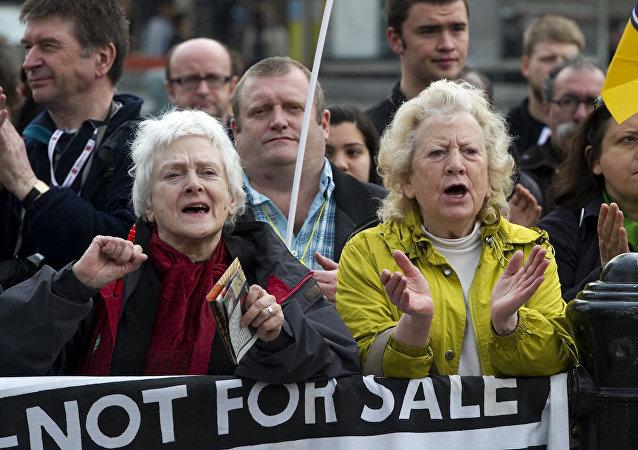 Londra'daki Trafalgar Meydanı'ndaki bütçe karşıtı eylemlerden
