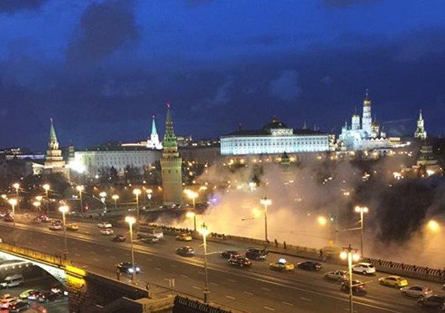 Kremlin yakınında yükselen duman bulutu korkuttu.
