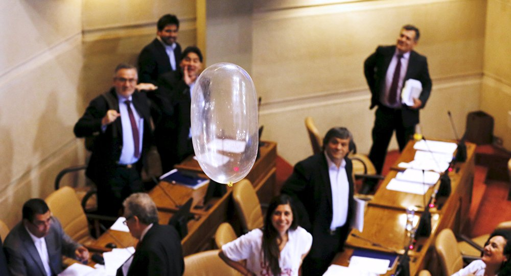 Şili parlamentosunda prezervatifler havada uçuştu