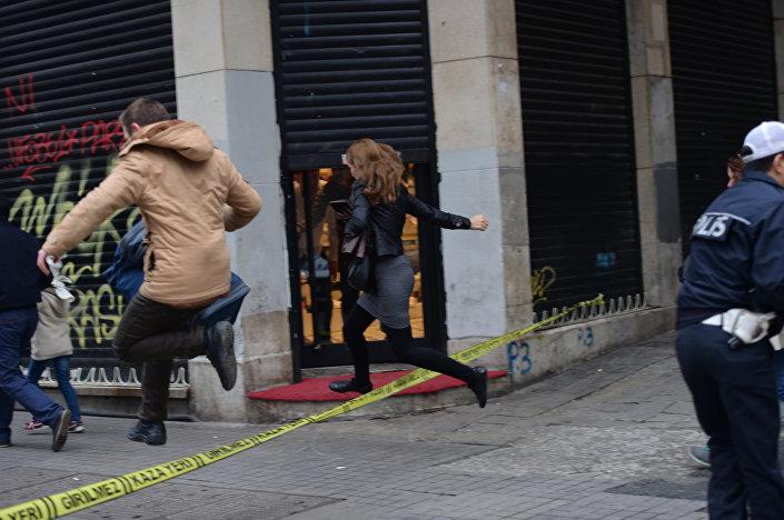 Taksim'deki patlama sonrası polis şeridinin üzerinden atlayıp olay yerinden uzaklaşmaya çalışan vatandaşlar