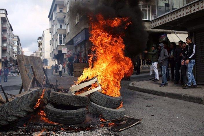 Polis, Gazi mahallesinde ateş yakıp Nevruz'u kutlamak isteyen gruba izin vermedi.