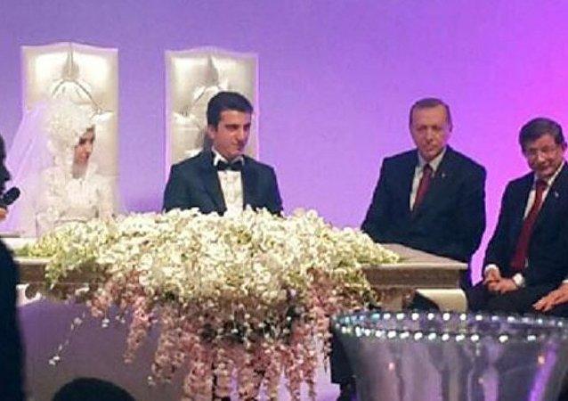 Recep Tayyip Erdoğan ile Başbakan Ahmet Davutoğlu, Sultangazi Belediye Başkanı Cahit Altunay'ın kızının nikahında şahitlik yaptı. Altunay kızının nikahını kendisi kıydı.