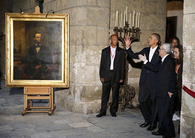 Obama, eşi Michelle Obama ve kızları Malia ile Sasha ile Kent Müzesi'ni ziyaretinde de özellikle köleliği kaldıran ABD Başkanı Abraham Lincoln portresinin önünde basın mensuplarına poz verdi.