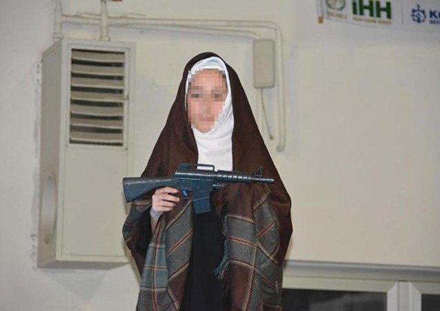 İnsani Yardım Vakfı (İHH) Kocaeli Şubesi, yetim çocuklar için düzenlediği yardım gecesinde, çocukların eline oyuncak silah ve kılıç verdi.