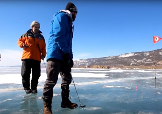 Sibirya'da buzda golf oynadılar
