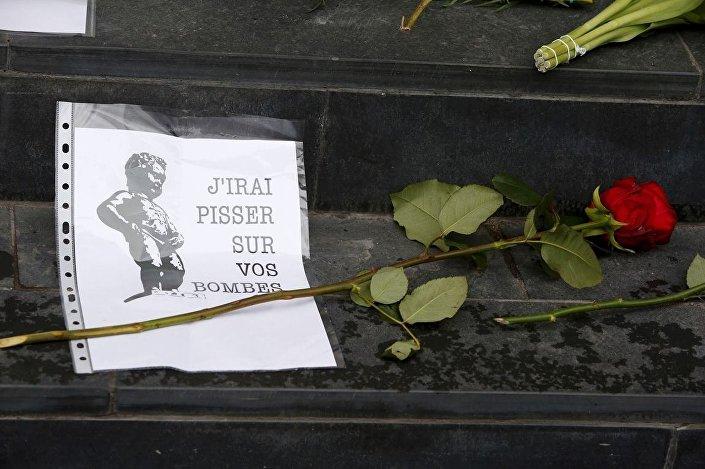 Brüksel halkı, kurbanlar için meydanlara çiçekler bırakıp yerlere yazdıkları mesajlarla saldırılara karşı tepkileri ortaya koyuyor. Yazılan notlardan birinde Brüksel'in simgelerinden olan İşeyen Çocuk Heykeli, Bombalarınızın üzerine işeyeceğim sözlerini 'söylüyor.'