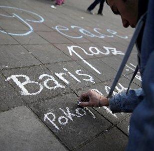 Brüksel'de kurbanları anmak için yerlere yazılanlar arasında 'Barış' gibi Türkçe mesajlar da var.