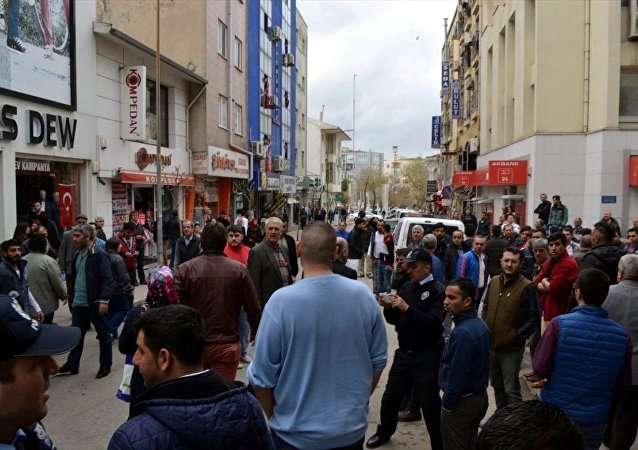 Edirne'nin Keşan ilçesinde, Ankara'daki terör saldırısının firari şüphelisi Vahit Ayçil'in akrabasının işlettiği dükkanın camları kırıldı, iş yeri sahibi ile vatandaşlar arasında gerginlik yaşandı.