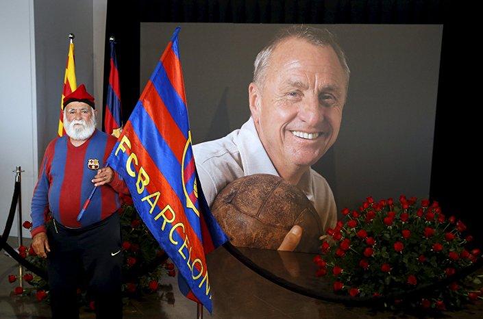 Cruyff'un hayatını kaybetmesinin ardından açılan taziye köşesini binlerce Barcelona taraftarı da ziyaret etti.