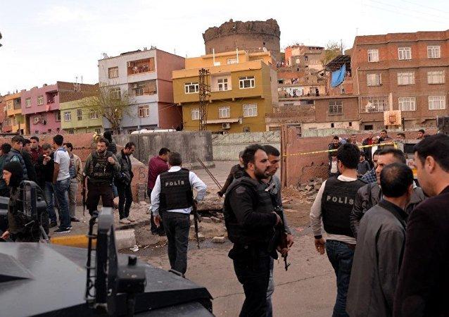 Diyarbakır'da vincin çarptığı okul duvarı yıkıldı: 2 ölü