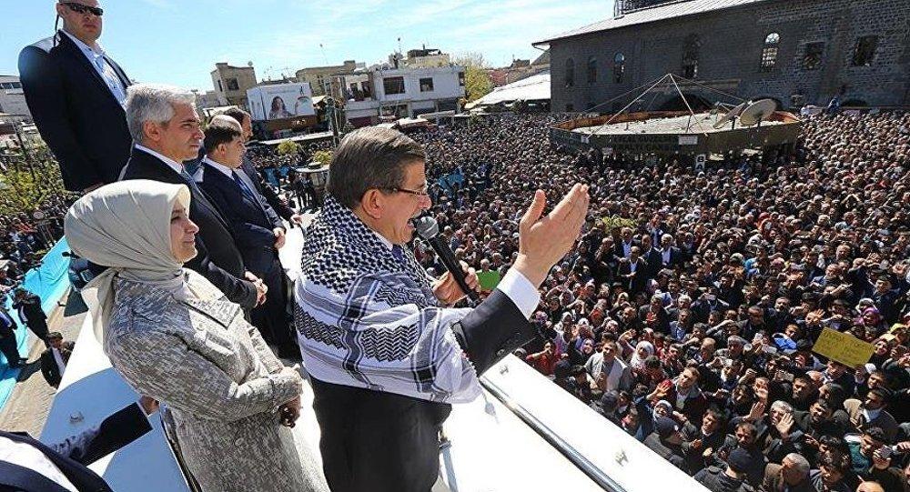 Başbakan Ahmet Davutoğlu, Sur'da konuştu.