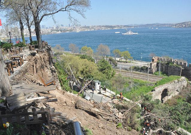 Gülhane Parkı'nda çay bahçesinin duvarı çöktü