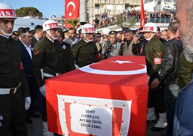 Mardin'in Nusaybin ilçesinde PKK'ya yönelik operasyonda hayatını kaybeden Uzman Çavuş Aycan Özdil'in cenazesi, Balıkesir'in Edremit ilçesinde defnedildi.