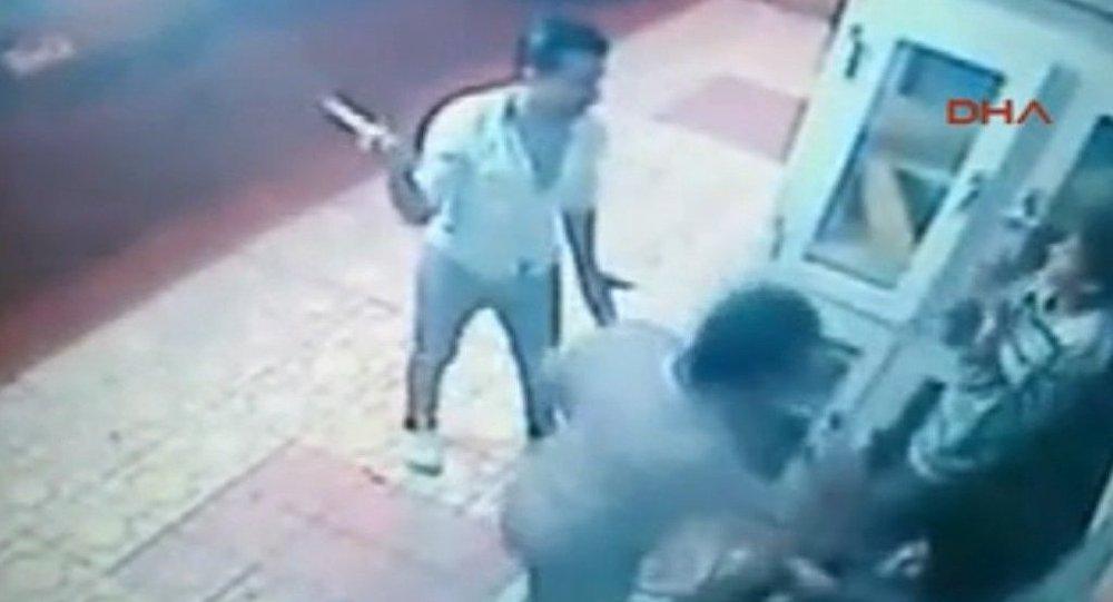 Hatay'da bir marketin önündeki dolaptan pide çalan çocukları yakalayan iki kişi, çocukları sopalarla feci şekilde dövdü.