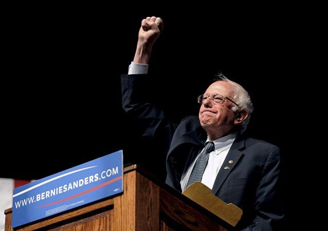 """Sanders, """"Wisconsin'le birlikte son 8 ön seçimin 7'sini kazandık"""" diyerek zaferini ilan etti. Clinton da Sanders'a tebrik mesajı gönderdi."""