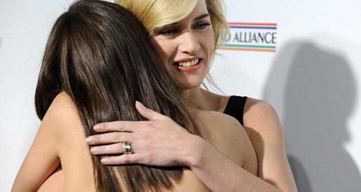 İngiliz ve Fransız oyuncular Kate Winslet ile Marion Cotillard sarılırken.