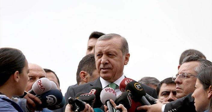 Cumhurbaşkanı Recep Tayyip Erdoğan, cuma namazını Marmara Üniversitesi İlahiyat Camii'nde kıldı. Cumhurbaşkanı Erdoğan, çıkışta gazetecilerin sorularını yanıtladı.