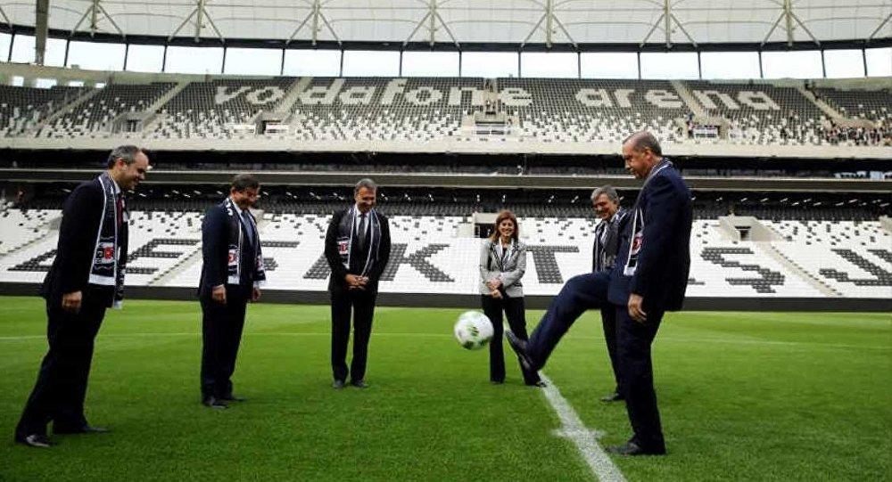 Açılışın ardından Cumhurbaşkanı Tayyip Erdoğan, Başbakan Ahmet Davutoğlu ve 11. Cumhurbaşkanı Abdullah Gül ile futbol oynadı.