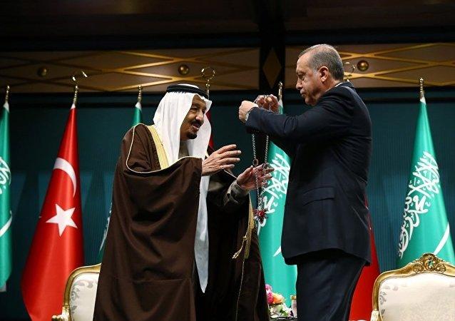 Cumhurbaşkanı Recep Tayyip Erdoğan, resmi ziyaret için Ankara'da bulunan Suudi Arabistan Kralı Selman bin Abdulaziz Al Suud'a, Cumhurbaşkanlığı Külliyesinde düzenlenen törenle Devlet Nişanı takdim etti.