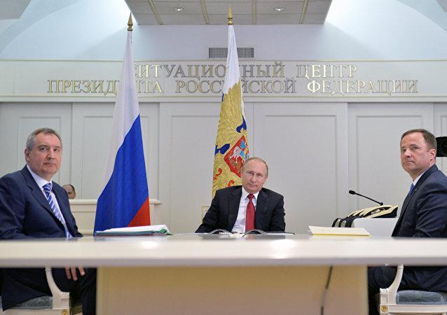 Rusya Devlet Başkanı Vladimir Putin, Kozmonot Günü dolayısıyla, Başbakan Yardımcısı Dmitriy Rogozin ve Roscosmos Direktörü İgor Komarov ile birlikte Uluslararası Uzay İstasyonu (UUİ) ile bir video konferans gerçekleştirdi,