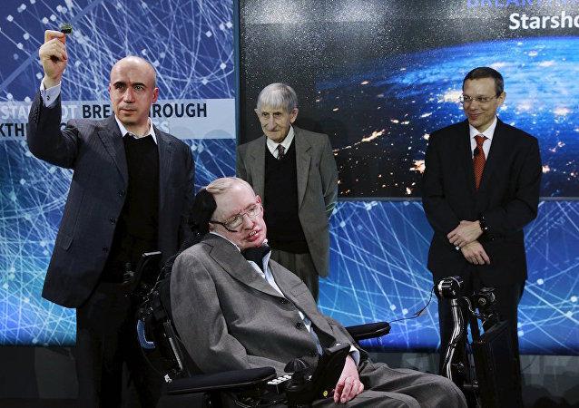 Mail.ru sitesinin sahiplerinden Rus işadamı Yuriy Milner ve ünlü bilim adamı Stephen Hawking, önümüzdeki 20 yılda Güneş sistemine en yakın yıldız sistemi olan Alfa Centauri'ye robot fırlatmayı öngören Starshot projesi için bir araya geldi.