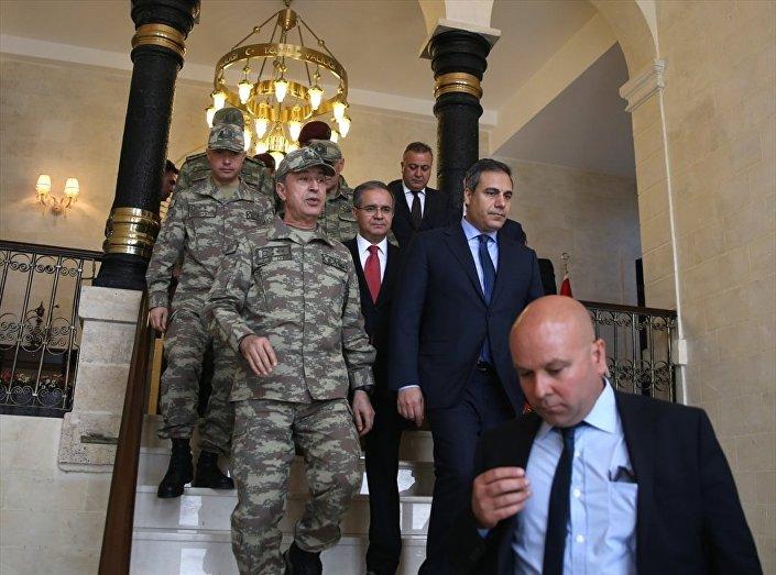 Genelkurmay Başkanı Hulusi Akar Kilis ziyareti kapsamında, MİT Müsteşarı Hakan Fidan'la birlikte Kilis Valisi Süleyman Tapsız'ı ziyaret etti.