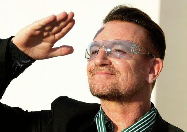 U2'nun solisti Bono