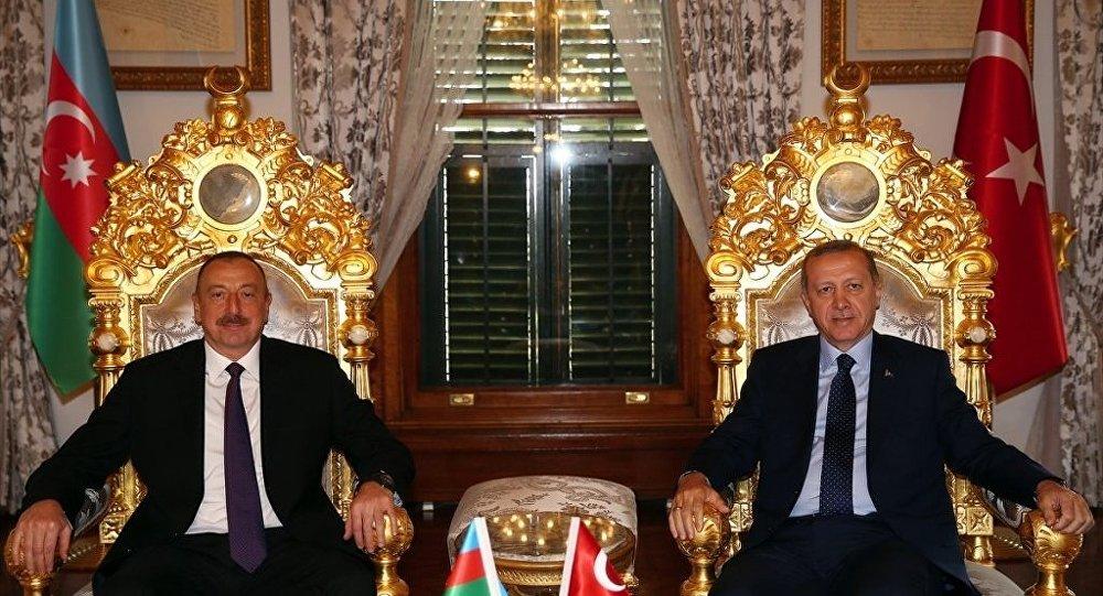 Cumhurbaşkanı Recep Tayyip Erdoğan, İslam İşbirliği Teşkilatı 13. İslam Zirvesi için İstanbul'a gelen Azerbaycan Cumhurbaşkanı İlham Aliyev ile Mabeyn Köşkü'nde görüştü.