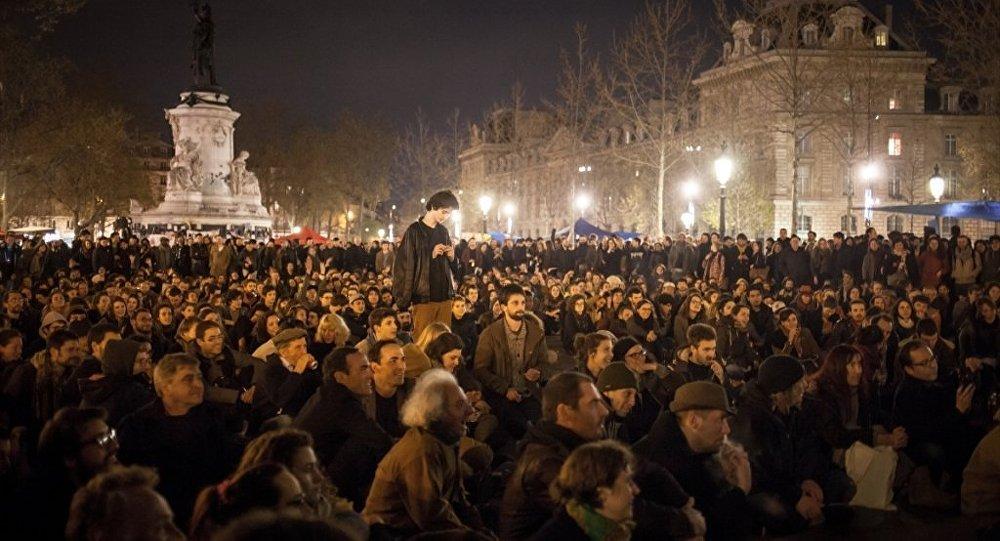 Paris'te 'Gece Ayakta'