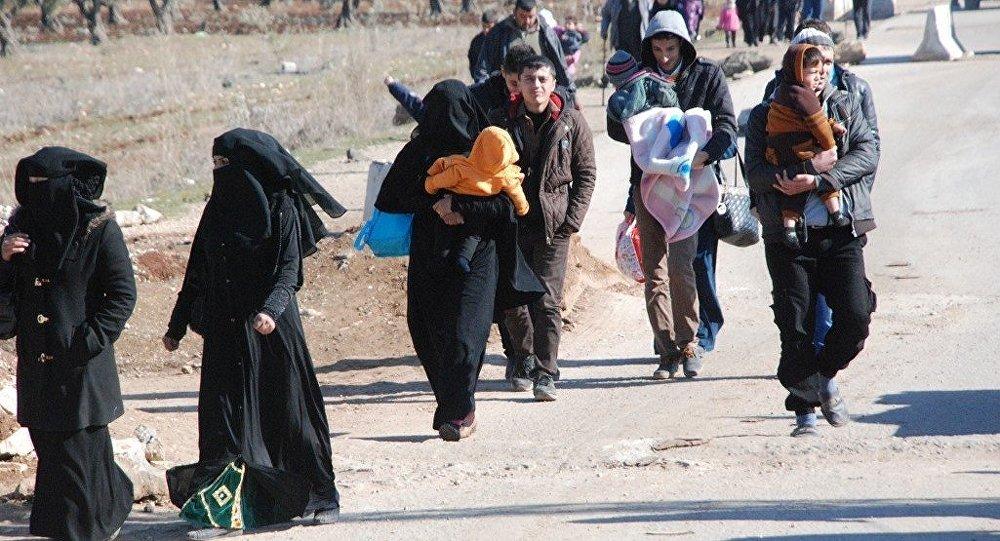 IŞİD saldırılarından kaçan Suriyeliler Türkiye sınırına ilerliyor.