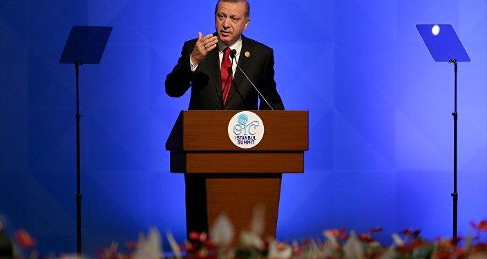 İslam İşbirliği Teşkilatı (İİT) 13. İslam Zirvesi Konferansı, İstanbul Kongre Merkezi'nde başladı. Cumhurbaşkanı Recep Tayyip Erdoğan zirvede konuşma yaptı.