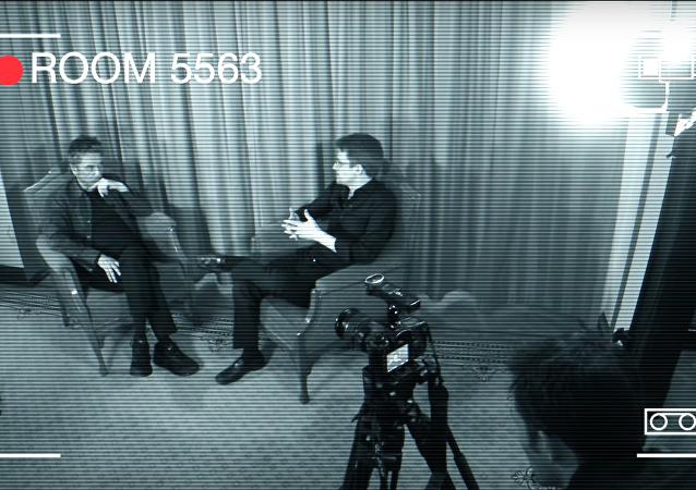 ABD Ulusal Güvenlik Kurumu eski çalışanı Edward Snowden ve Fransız elektronik müzik sanatçısı Jean-Michel Jarre