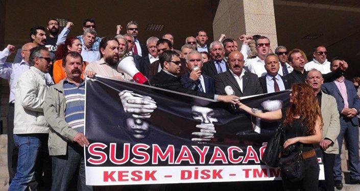 İzmir'de 2 yıl önce düzenlenen Berkin Elvan'ı anma etkinliğinde, dönemin Başbakanı Recep Tayyip Erdoğan'a hakaret ettikleri iddiasıyla 1- 3 yıl hapis istemiyle yargılanan DİSK ve KESK temsilcileri; Memiş Sarı, Abdullah Tunalı ve Ali Rıza Turan, 'Kamu görevlisine hakaret' suçundan beraat etti.