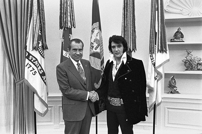 21 Aralık 1970'te gerçekleştirilen görüşme sonrasında çekilen bu fotoğrafın, bugüne dek ABD Ulusal Arşivi'nden en fazla talep edilen fotoğraf olduğu belirtiliyor.