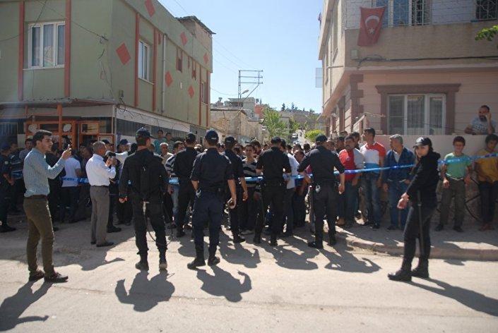 IŞİD roketinin isabet ettiği bölgeye gelen vatandaşlar saldırılara tepki gösterdi.