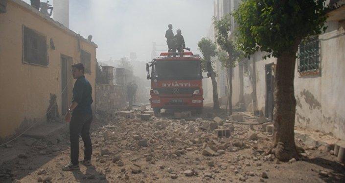 Suriye'den atılan roket mermisi, Helvacıoğlu Mahallesi'ndeki bir evin çatısına isabet etti.
