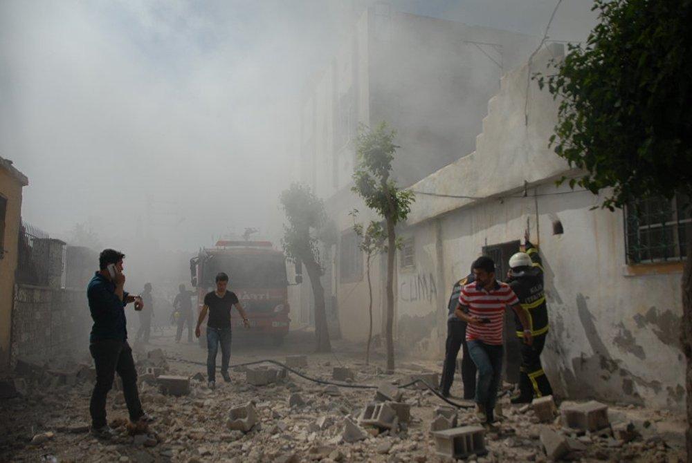 Patlama sonrası çatıdaki odunların tutuşması üzerine itfaiye ekipleri yangına müdahale etti.