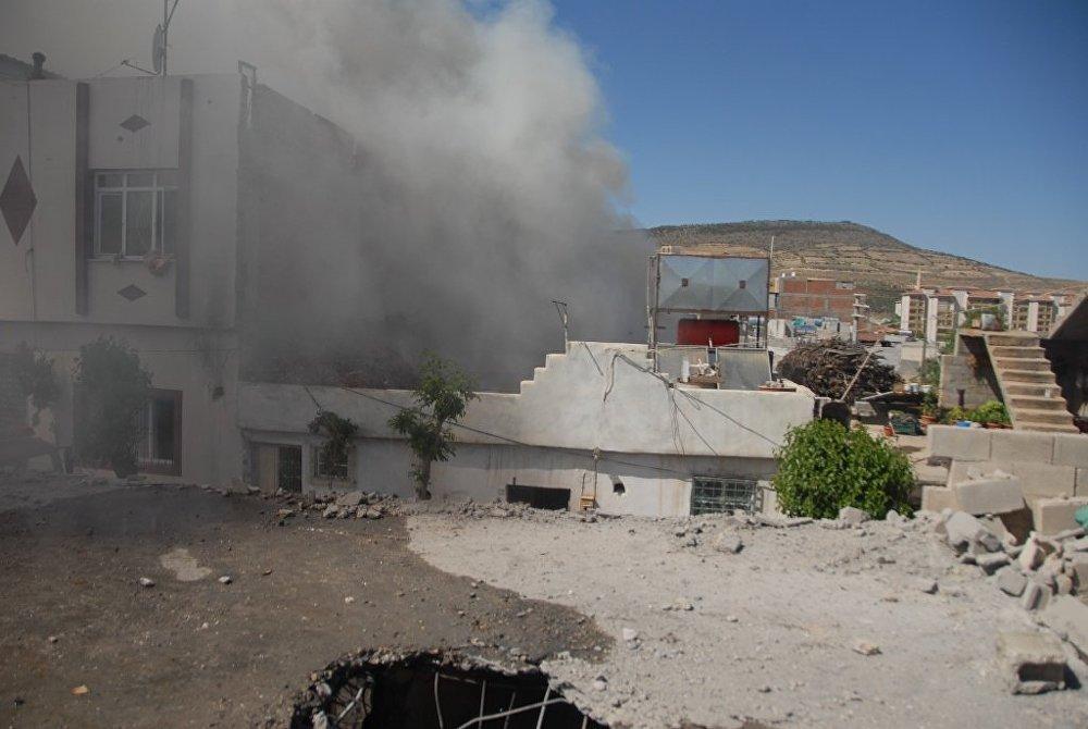 Roket mermileri nedeniyle 3 kişi hafif yaralandı.