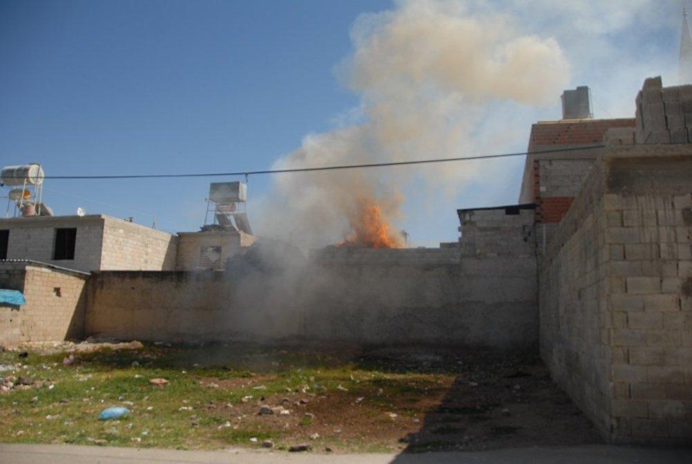 Roket mermisinin düştüğü evdeki alevler, çevredeki konutları da tehdit etti.