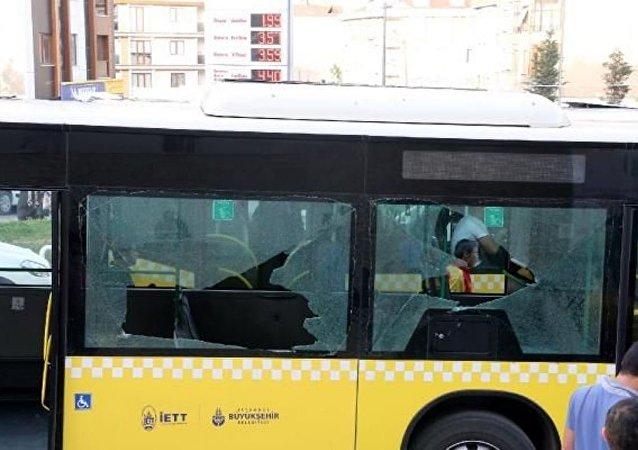 Kağıthane Kemerburgaz Caddesi'nde, Çevik Kuvvet polislerini taşıyan İETT otobosüne silahlı saldırı düzenlendi. Olayda ölen veya yaralanan olmadı.