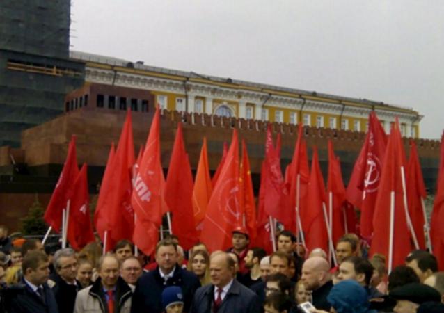 Rus komünistler bugün Kızıl Meydan'daki Lenin mozolesine karanfil bıraktı. Rusya'nın diğer birçok kentinde de meydanlarda Lenin anıldı.