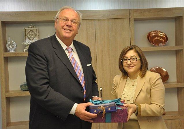 Almanya Büyükelçisi Martin Erdmann ve eşi Marion Maria Antonia Erdmann, Almanya Başbakanı Angela Merkel'in Gaziantep'e yarın yapacağı ziyaret öncesinde Büyükşehir Belediye Başkanı Fatma Şahin'i makamında ziyaret etti.