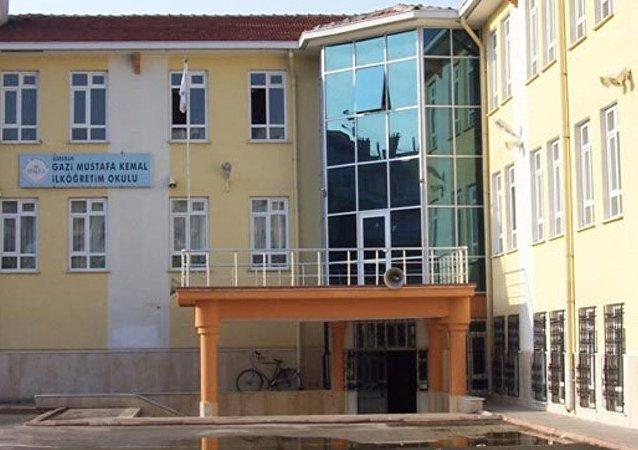 Karaman'da 10 çocuğa cinsel istismar suçundan 508 yıl 3 ay hapis cezası alan sınıf öğretmeni Muharrem Büyüktürk'ün, görev yaptığı Gazi Mustafa Kemal İlkokulu'nun müdürü ile 2 müdür yardımcısı görevden aldı.