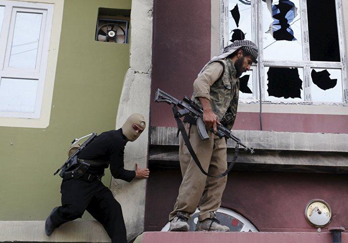 Tuzhurmatu'da çatışmalar devam ederken Peşmerge güçlerinin bir Şii militanın evine tırmandığı anlar Reuters objektifine yansıdı.
