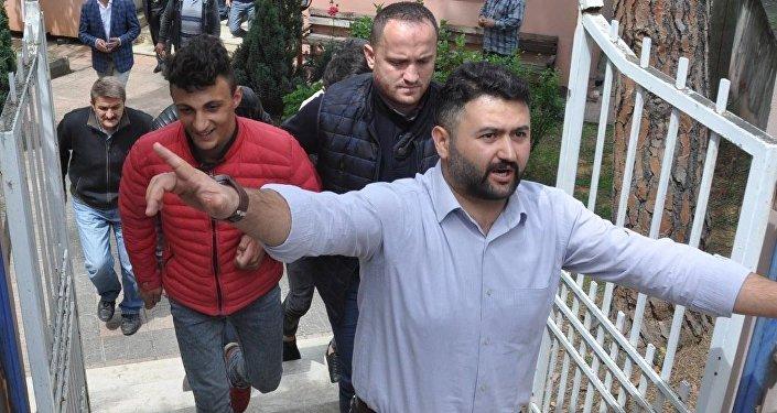 Spor Toto Süper Lig'de Trabzonspor ile Fenerbahçe arasındaki karşılaşmada maçın ilave yardımcı hakemi Volkan Bayarslan'ın darbedilmesi olayına karışan O.M. (kırmızı montlu) ve saha olayları nedeniyle gözaltına alınan bir başka zanlı adliyeye sevk edildi.