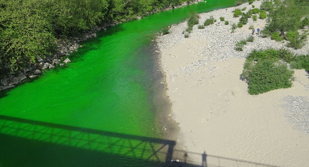 ABD'de Chicago nehri her yıl 17 Mart'taki Aziz Patrik Günü kutlamaları kapsamında yeşile bürünürken, bu kez Fransa'daki nehirler 'yeşil yeşil akarak' görenleri şaşırttı. Fransız çevreciler kirliliğe dikkat çekmek için dün nehirleri yeşile boyadı.