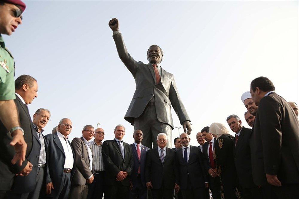 Filistin'e en büyük Mandela heykeli