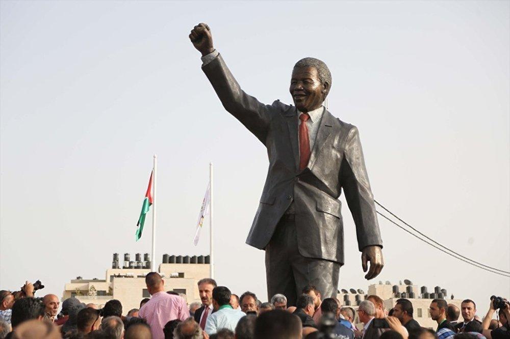 Filistin'e 'en büyük' Mandela heykeli