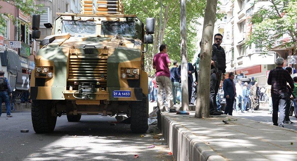 Diyarbakır'da yaşanan kazada askeri zırhlı aracın bir kadına çarparak ölümüne neden olması gerginlik yarattı. Kaza yerinde toplanan kalabalık, askeri araca taş ve sopalarla saldırırken, polis kalabalığı plastik mermi, gaz bombası ve basınçlı su ile dağıttı.